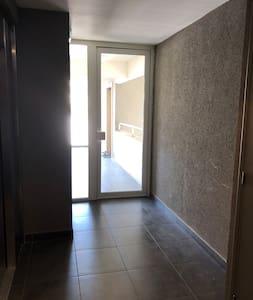 Sortie de l'ascenseur avec l'entrée de l'appartement