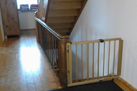 Flur im 1. Stock, mit Kindergitter zur Treppe -  Corridor on the 1st floor, with children's gate to the stairs