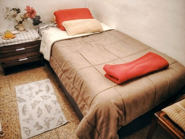 Habitación luminosa y cómoda, St. Cugat centro.