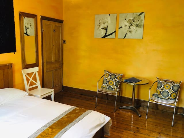 Bright double bedroom. Wooden floors and original features with private bathroom, TV, Internet, Tea and Coffee.