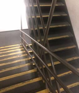 Ascensor. Solo hará el piso 18 luego de debe subir por caja de escala a pie hasta el piso 26