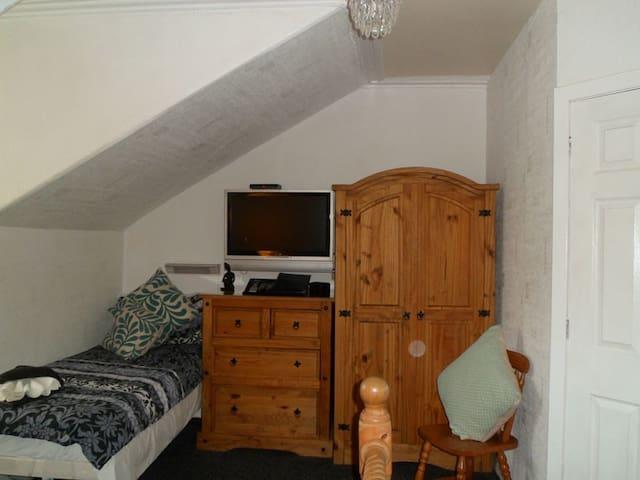R7) Triple - en-suite room sleeps 3