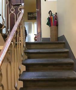 Le tre rampe di scale (22 scalini) per raggiungere l'appartamento sono illuminate notte e giorno.