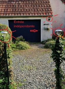 L'entrée indépendante par le jardin est éclairée par : Une lampe à allumage automatique et deux lampes solaires
