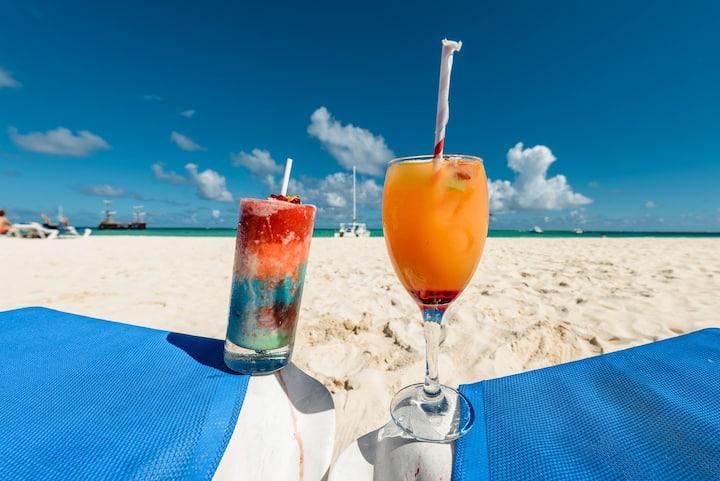 HUGE, BEAUTIFUL BEACH, CLOSE TO EVERYTHING!