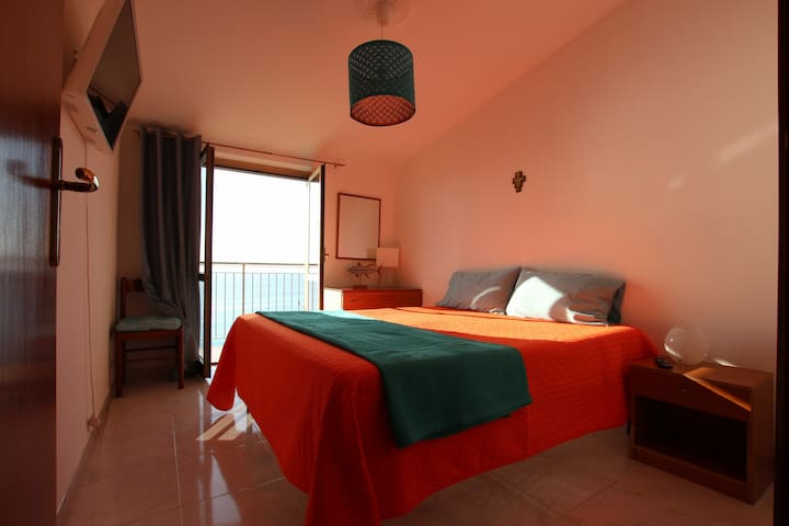 Wow!! This has by far been my favourite apartment, location and host experience. Falling asleep with the doors open to the sound of the sea looking out at a beautiful sun set followed by a starry sky over the water. absolutely beautiful! Ciara*****
