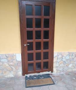 Płaska droga do wejścia dla gości