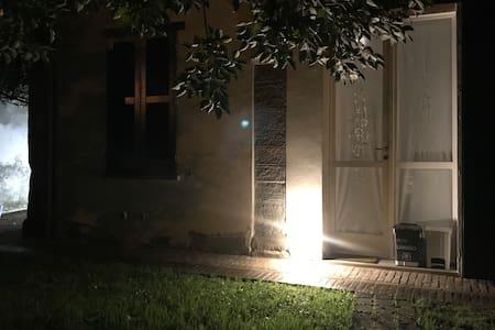 Sentiero illuminato dal cancello fino alla porta di casa