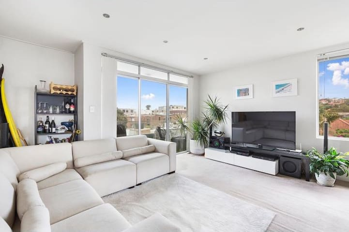 Sun drenched apartment 1 minute from Bondi Beach