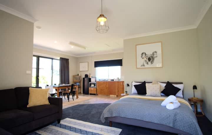 Wimbledon Studio, lovely views, quiet, modern
