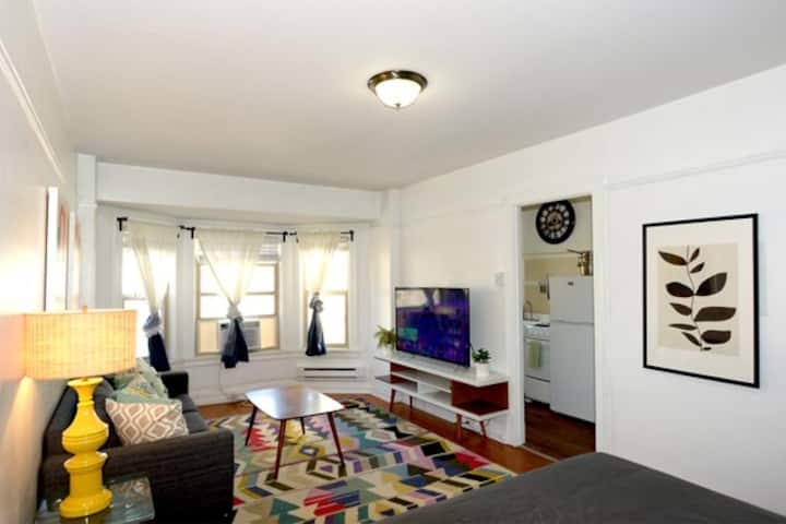 Gorgeous Downtown Studio with Great Street Views!