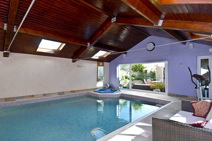 Indoor pool, hot-tub & cinema. Just £700 a night!!