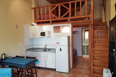 salón, cocina, dormitorio principal y cuarto de baño en la planta principal