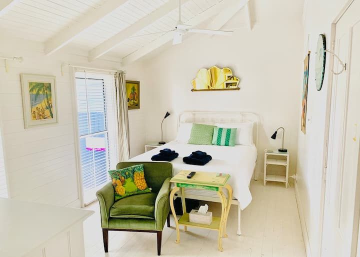 The Porch Room @HuskissonBnB - Vintage Beach Vibe