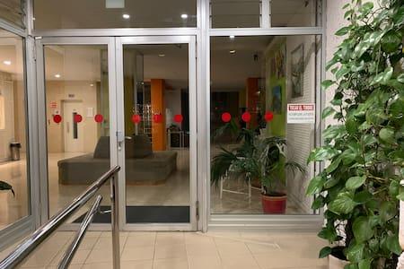 Der Eingang zur Rezeption über eine Rampe von der Straße bis zum Fahrstuhl. Oben angekommen gibt es auch keine Stufen. Nur zum Pool gibt es jedoch Stufen