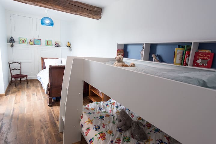 Bedroom 4 - Family suite avec junior double bed (1200X 180cm) and bunk beds for the kids (90x200cm)
