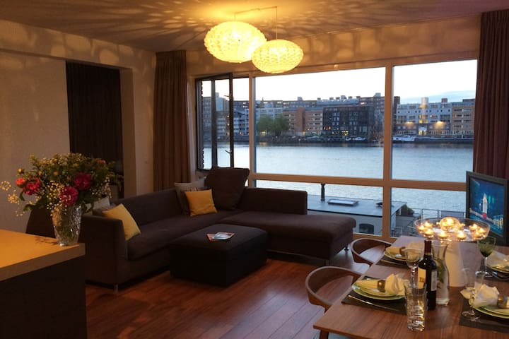 Luxury 2 bedrooms on the Waterfront