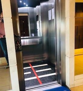 Entrada no elevador para subir no apartamento.Sem obstáculos.