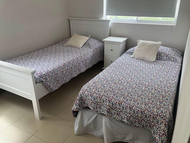 pieza 2 con 2 camas individuales con closet