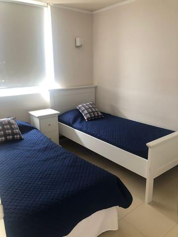pieza 1 con dos camas individuales y closet