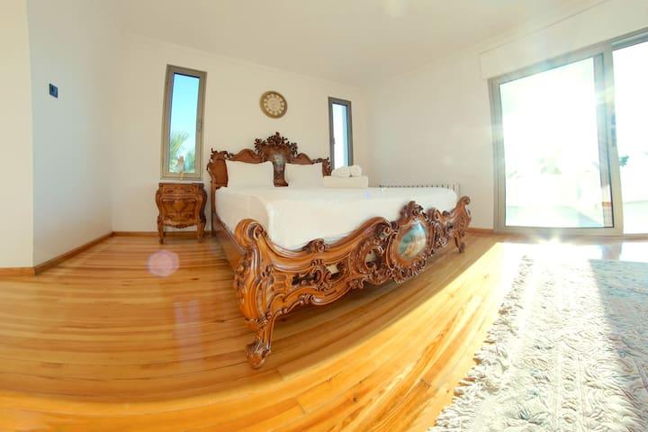 MASTER BEDROOM WITH PRIVATE BALCONY / Chambre principale avec balcon privé / Hauptschlafzimmer mit privatem Balkon / ÖZEL BALKONLU EBEVEYN ODASI