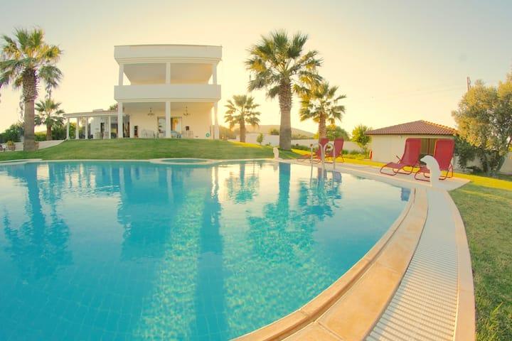 VILLA DELUXE avec 7 chambres,piscine privée,jardin