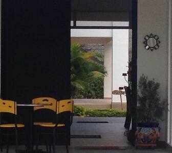 Amplia puerta de acceso a La casa