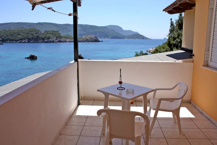 Room with private veranda at 20 m from the beach