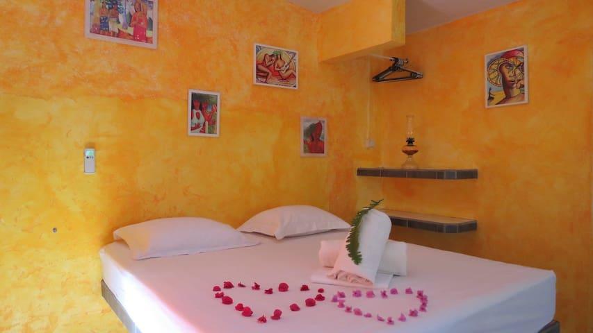 Le studio 3 accueille 2 personnes avec un lit king-size, une kitchenette tout équipé, une salle de bain privé et une terrasse