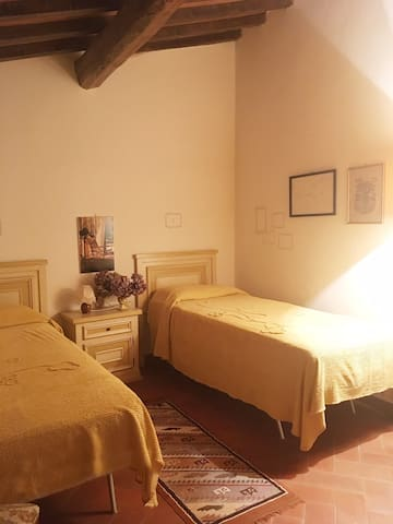 Ecco una delle camere a due letti, carine e luminose. Here is one of the two twin-bedded rooms, cozy and bright.
