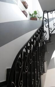 sia la scala per arrivare al 3 piano che la scala interna all'appartamento , per raggiungere la terrazza, sono illuminate
