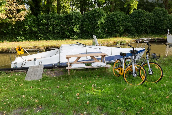 Nice cozy boat on the edge of Delft incl. 2 bikes