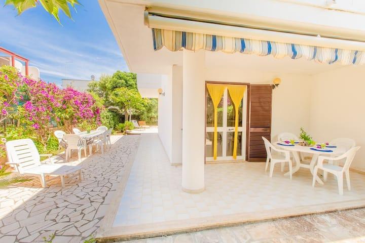 Villa con jardín a 400 metros de la playa.