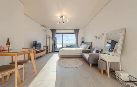 샤무- 남해의 푸르른 바다를 침대에 누워서 감상할 수 있는 슈페리어룸