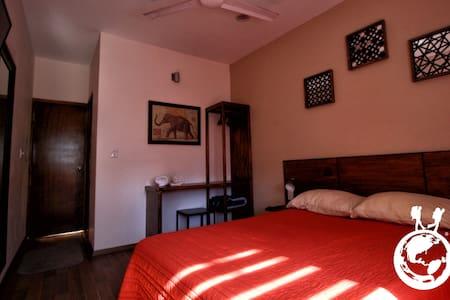 Habitación Privada con cama matrimonial y vistas al Jardín