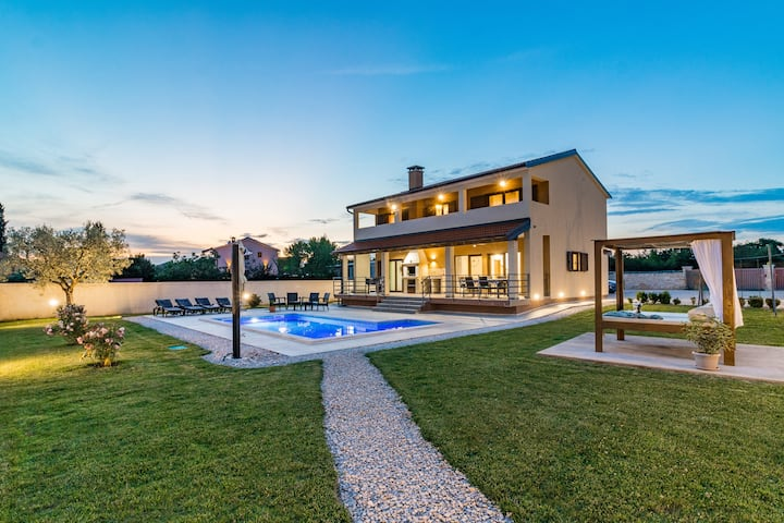 Charming villa with heated pool-Ideal for a Family