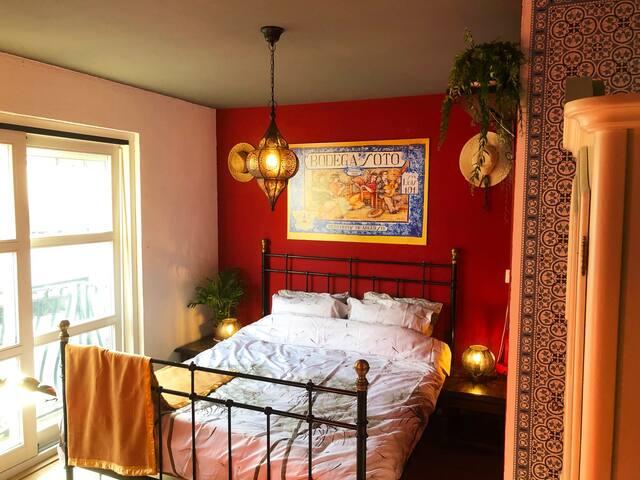 'Sevilla'-kamer. Waan je even in Andalusië, met deze warm ingerichte tweepersoons kamer met één 2 persoonsbed. Smaakvol ingericht met originele details. Schuifdeur naar frans balkon.