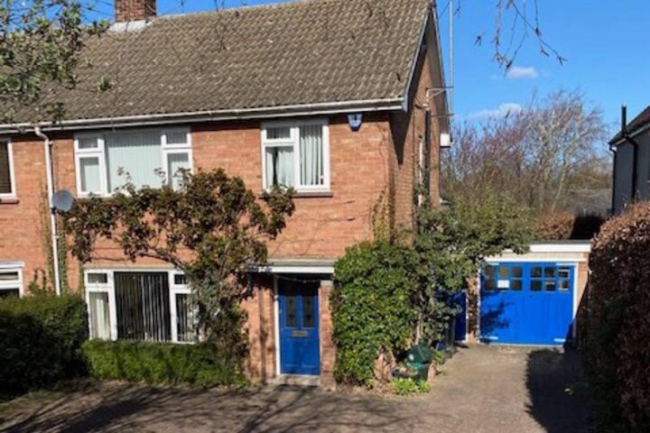 Cosy Suburban Cambridge house, sleeps 4 + parking.