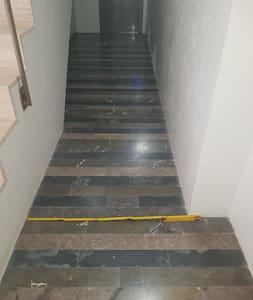il corridoio che porta all'ascensore è largo 95 cm