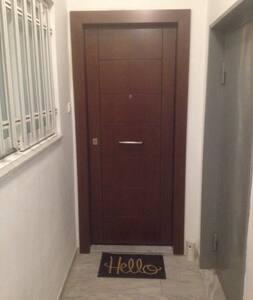 Δεν υπάρχουν σκάλες ή σκαλοπάτια για την είσοδο