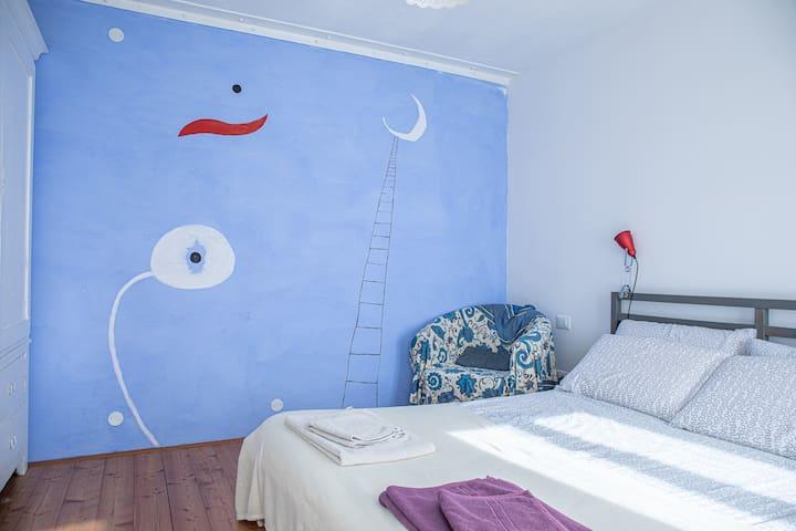 la camera con il letto matrimoniale