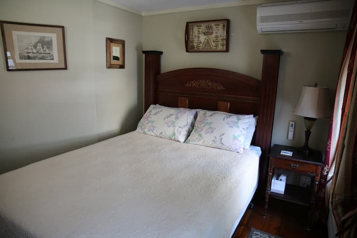 Room 8 - Queen bed & SHARED bath