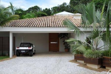 Garagem e acesso principal à casa