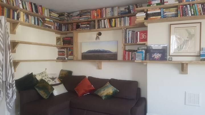 Large, Light, London 1 Bedroom Flat (good for WFH)