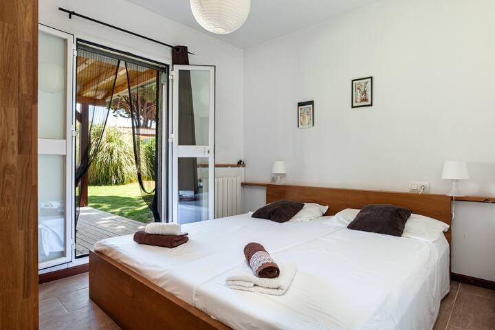 Hauptschlafzimmer mit einem King Size Doppelbett und 2 Matratzen 0.90x2.00  Gartenzugang