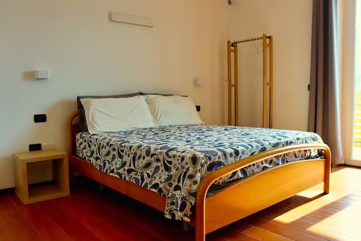Ampia camera da letto con letto matrimoniale (160x200), tv, balcone e cabina armadio.