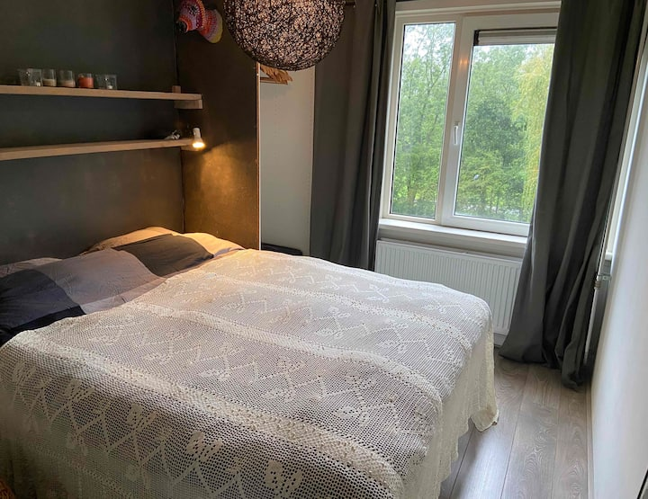 Light & clean room with double bed, view on park