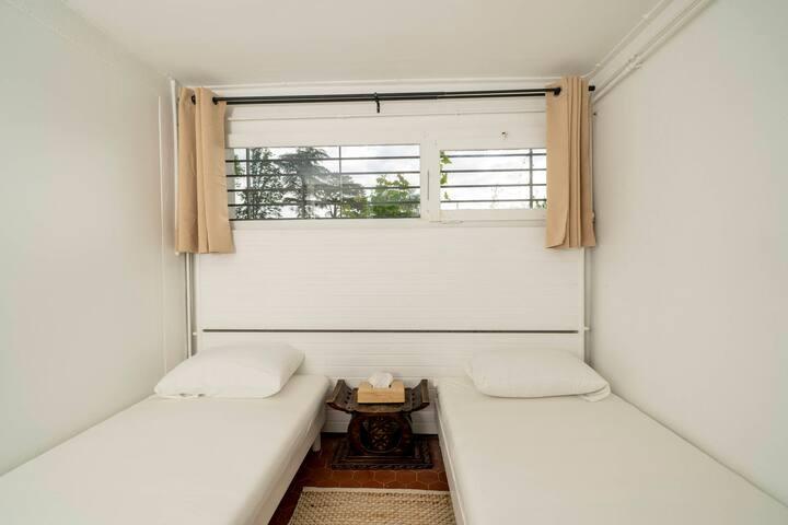 Chambre avec deux lits simples et un dressing