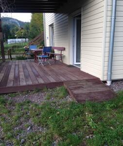 une rampe d'accès permet d'accéder à la terrasse