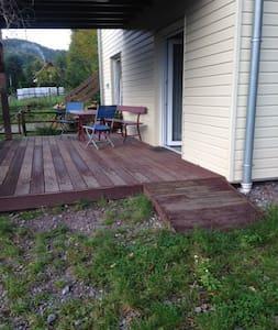 Une petite rampe d'accès permet d'arriver sur la terrasse depuis le parking. L'entrée est de plein pied ensuite;